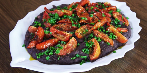 Tutu de feijão e tomates assados